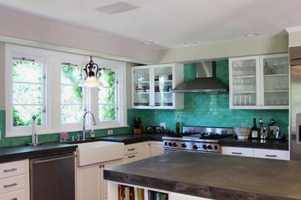 голубая плитка на кухне фото