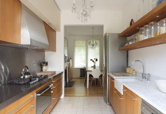 Узкая длинная кухня интерьер фото