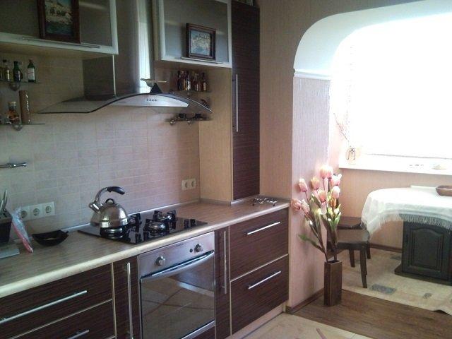 вариант интерьера кухни с балконом