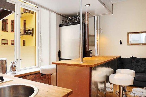 Интерьер кухни под окном с барной стойкой