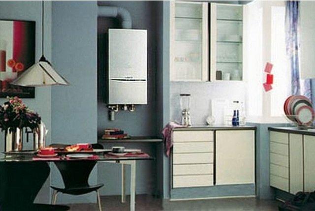 естественный дизайн маленькой кухни с газовой колонкой