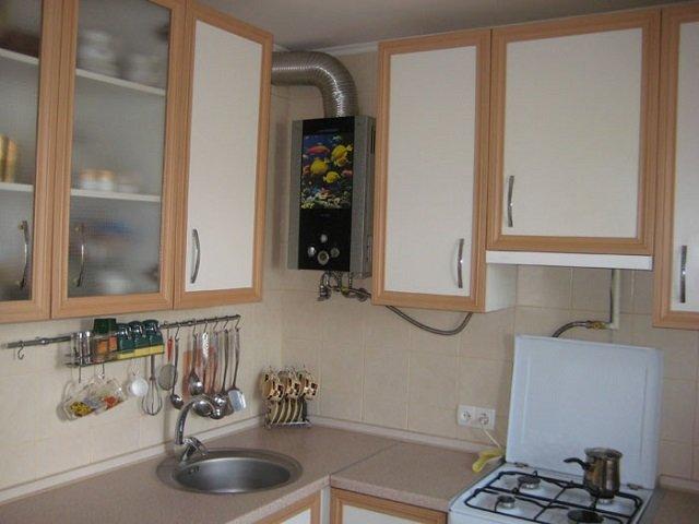 Интерьер в маленькой кухне с колонкой