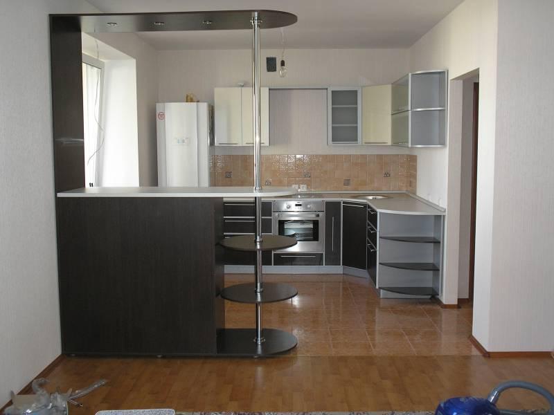 Современное оформление и удобный дизайн кухни с барной стойк.