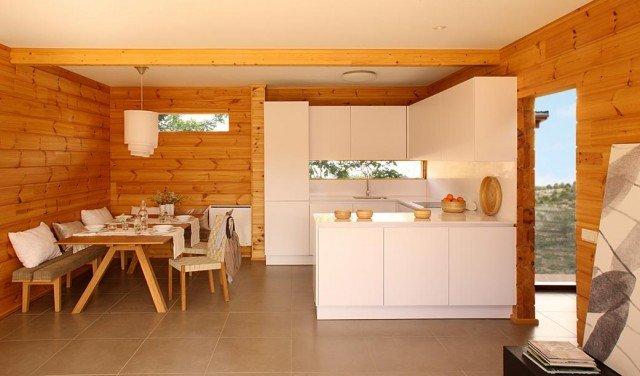 пример интерьера кухни в деревянном доме