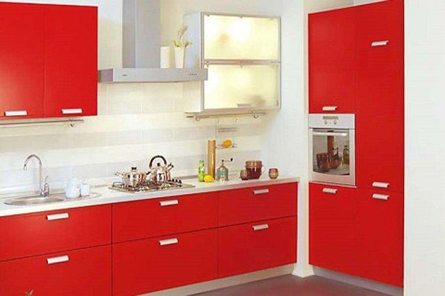 яркая обстановка кухни в красном цвете