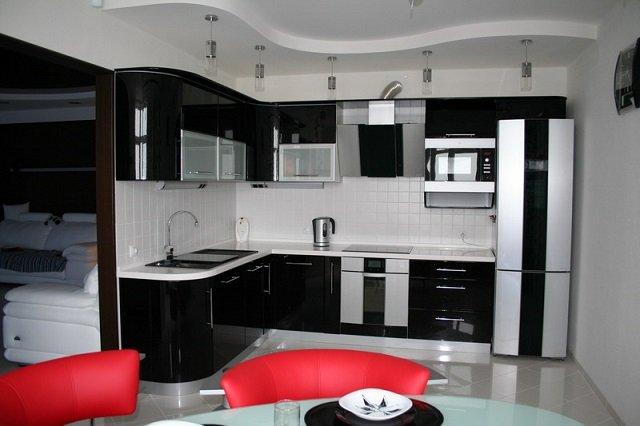 контрастный дизайн кухни с элементами черного цвета
