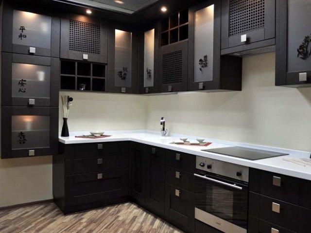 Стильный дизайн угловой кухни в черном цвете