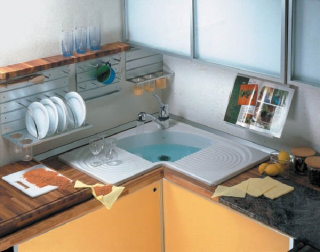 угловая мойка в современной кухне