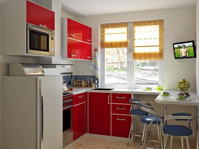 Небольшая кухня с окном и фасадами красного цвета