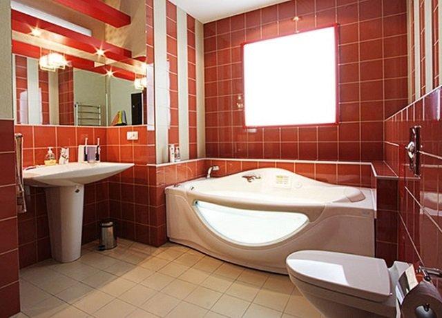 дизайн плитки в ванной в красных цветах