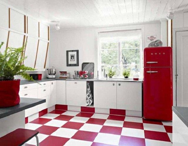 холодильник в интерьере кухни красного цвета