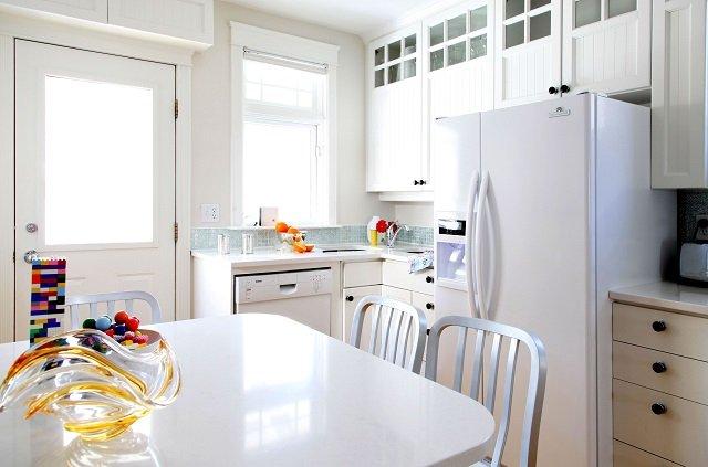 холодильник в интерьере кухни незаменимый