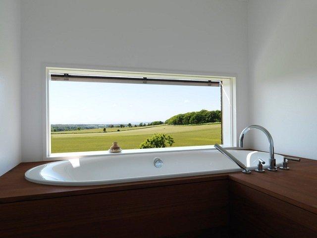 хороший интерьер ванной с окном