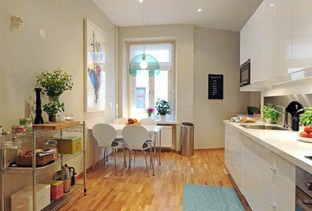 интерьер маленькой светлой кухни