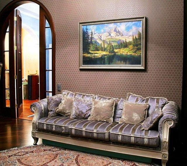 интерьер гостиной с красивой картиной