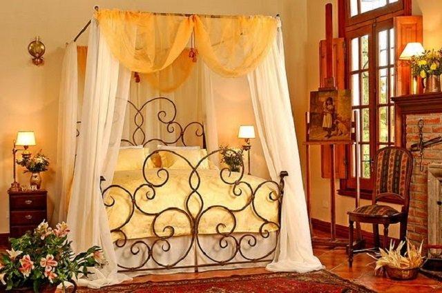 кровати в спальне с балдахином