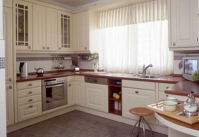 Кухня с фасадами белого цвета