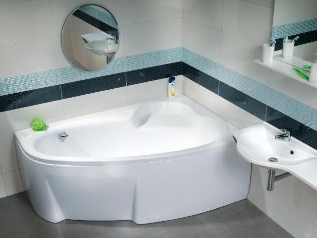 маленькие ванные комнаты в интерьере с угловыми ваннами