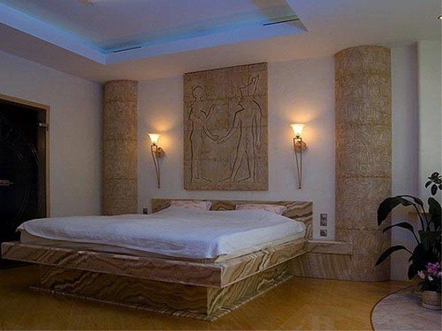 неплохой вариант оформления фресками в интерьере спальни