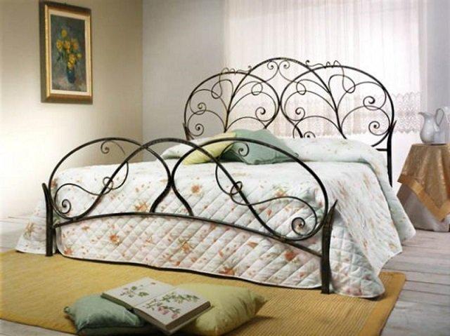 роскошный интерьер спальни с кованой кроватью - практично и изискано