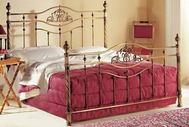 роскошный интерьер спальни с кованой кроватью
