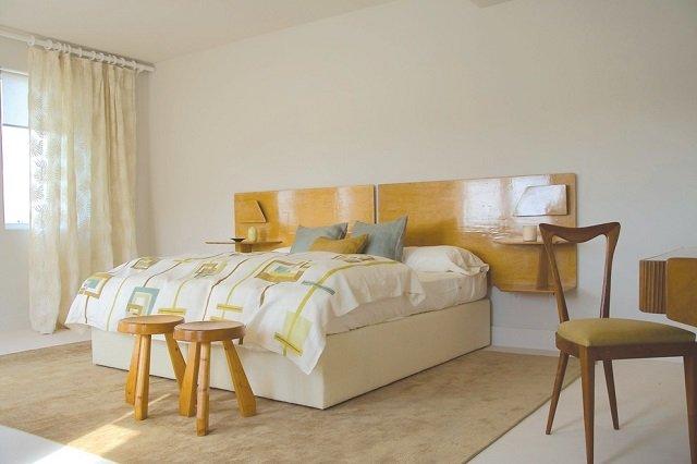 стильная спальня с коврами