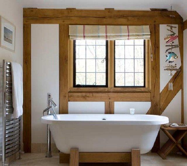 стильная ванная с окном