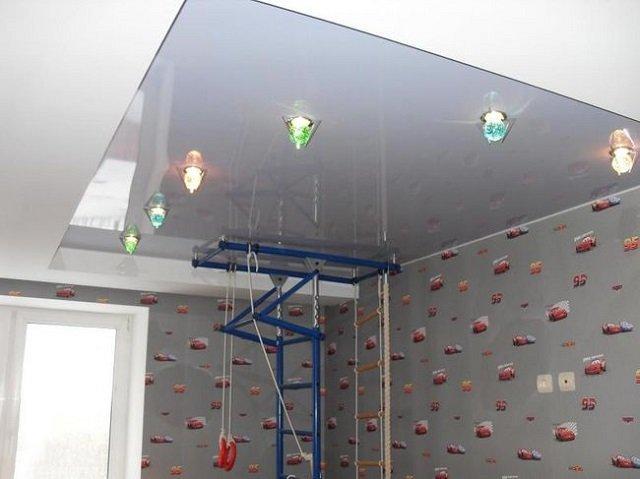 стильный дизайн натяжных потолков в детской