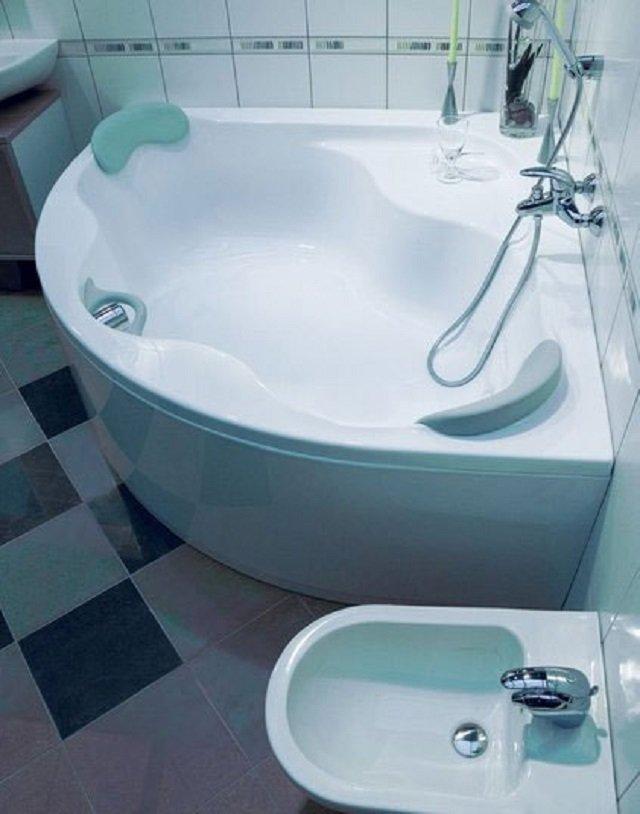 угловые ванны в интерьере для маленьких ванных комнат