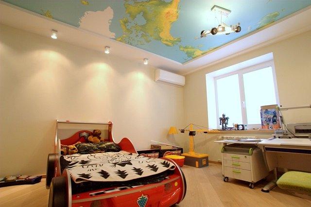 вариант дизайна натяжных потолков в детской