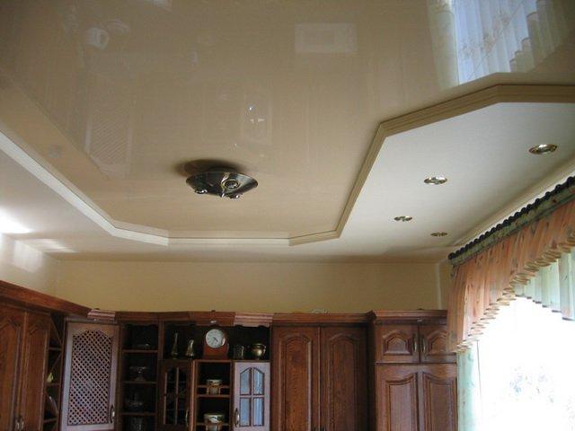 вид подвесных потолков на кухне