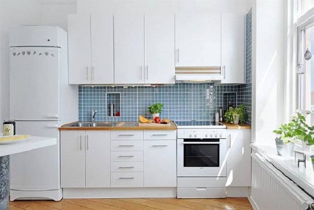 вид светлой кухни