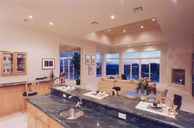 неплохой дизайн кухонного потолка