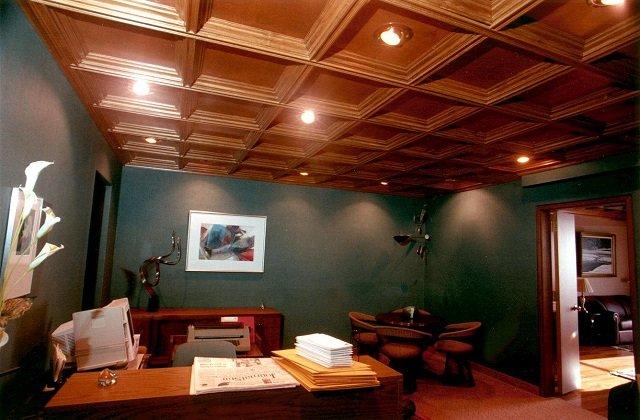 вариант деревянного потолка в интерьере