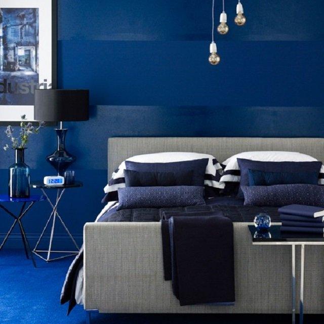 синие обои в интерьере