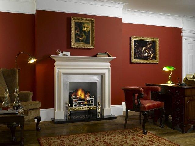 фото електрического камина в гостиной с бордовыми обоями
