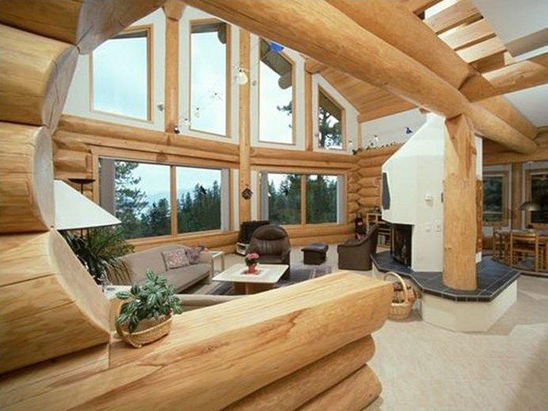 большие окна в интерьере дома из бревна