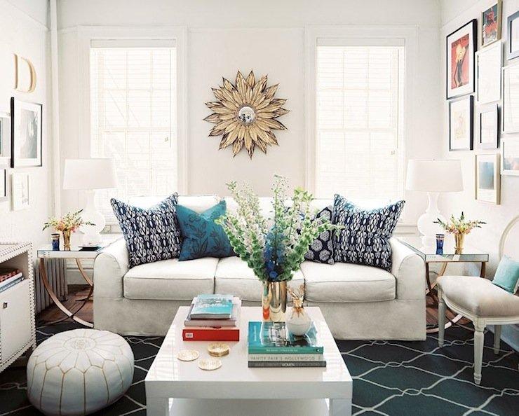 дизайн гостиной с двумя окнами фото