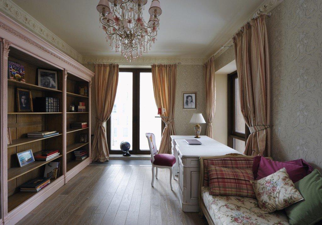 интерьер комнаты с двумя окнами