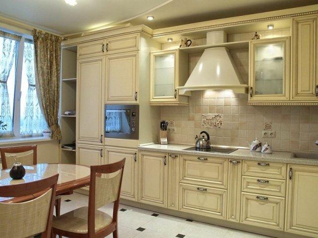 светлая мебель в интерьере кухни