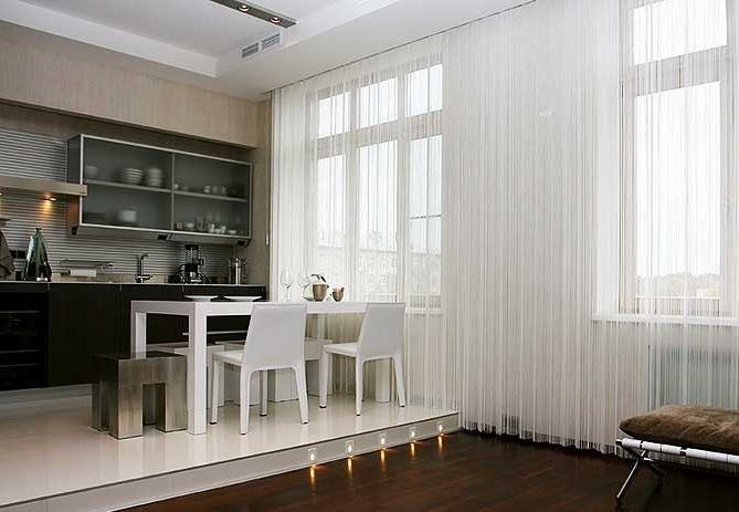 белые шторы на кухне фото