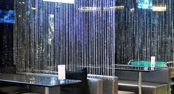 хрустальные шторы в интерьере кафе