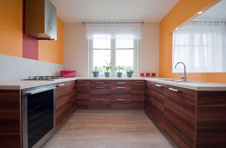 Дизайн г-образной кухни с окном