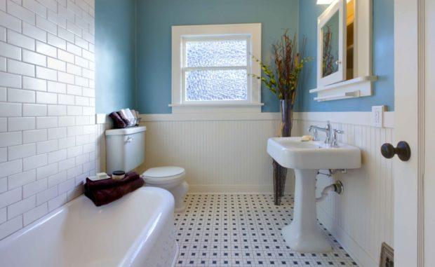 Дизайн ванной сине-белого цвета с окном