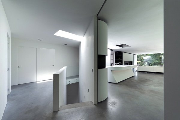 Дизайн гостиной с двумя окнами на одной