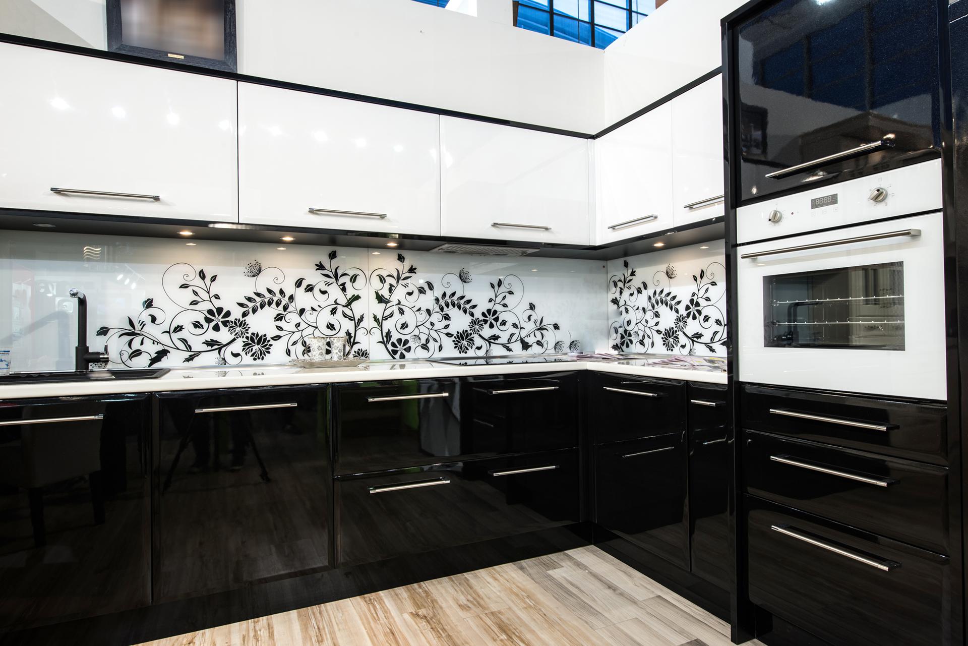 Бело черные кухни в интерьере фото