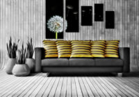 Гостиная с диваном и модульными картинами