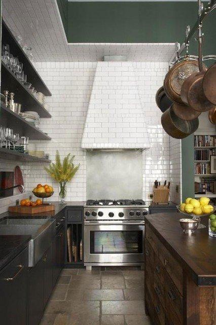 белая керамическая плитка на кухне