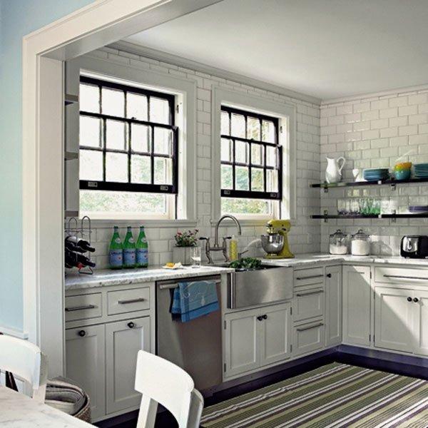 белая керамическая плитка на кухне фото