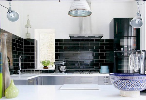 чёрная керамическая плитка на кухне